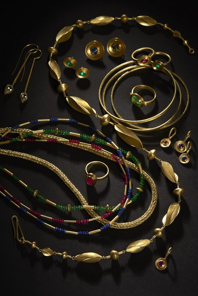 Collection in gold with coloured gemstones